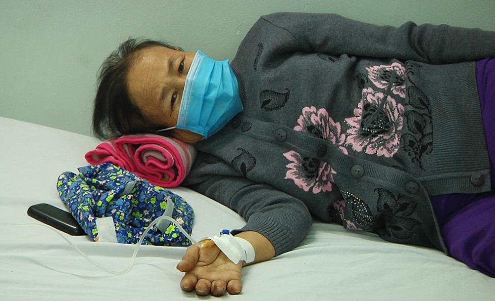 """""""Đi bệnh viện vô thuốc bây giờ… khỏe re, con tôi cũng không phải xin nghỉ việc đi cùng mẹ"""", bà H. nói,"""