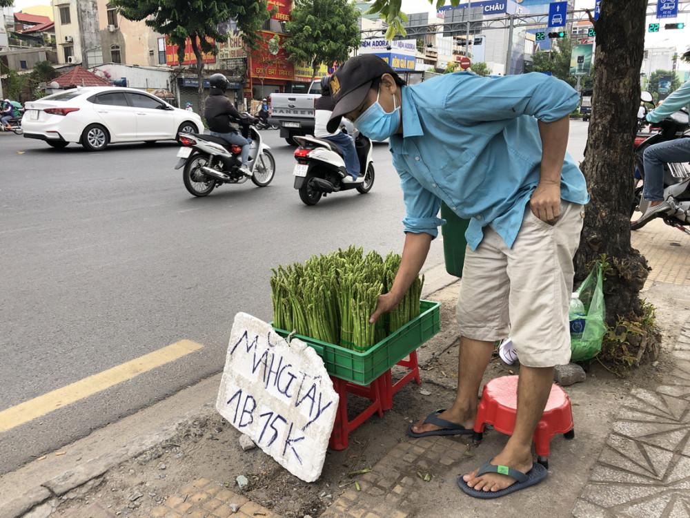 Măng tây được bán nhiều ở lề đường TP.HCM với giá rẻ
