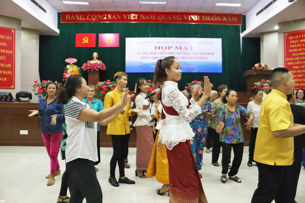 Phụ nữ dân tộc Khmer tham gia giao lưu văn nghệ mừng tết cổ truyền Chol-Chnam-Thmay tại buổi họp mặt do Hội LHPN TP.HCM tổ chức