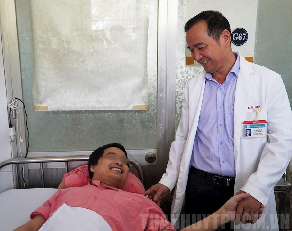 Bác sĩ thăm hỏi bệnh nhân P.H.N
