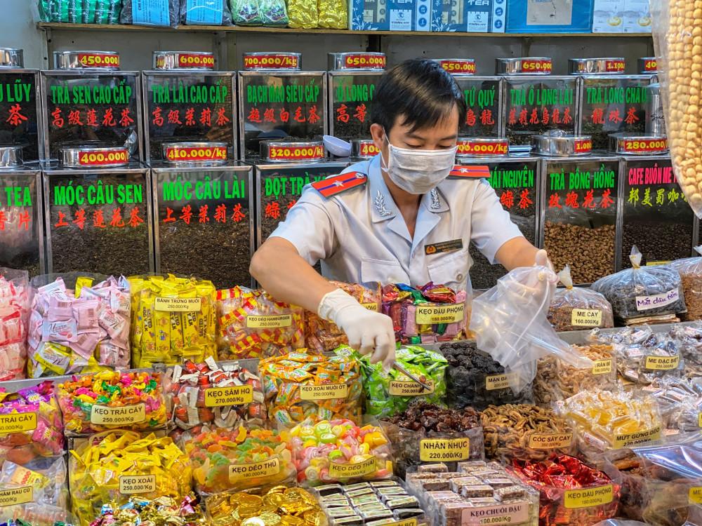 Cán bộ Ban QLATTP TPHCM lấy mẫu thực phẩm tại chợ phục vụ công tác kiểm tra các chất tồn dư