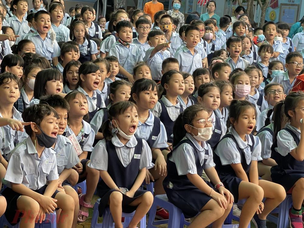 Học sinh thích thú với những trò diễn của nghệ thuật múa rối nước