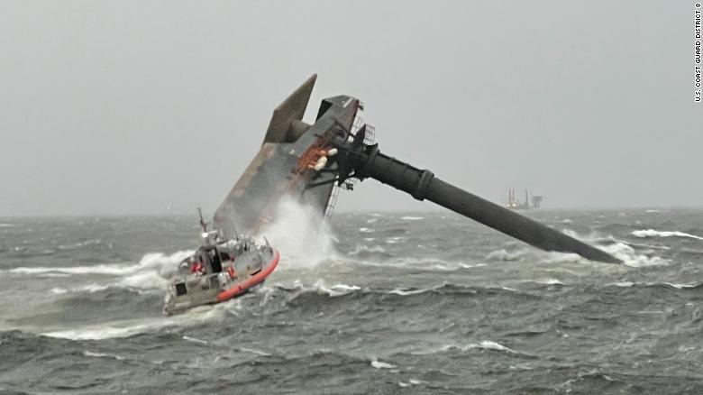 thủy thủ đoàn của Cảnh sát biển tiến về phía con thuyền bị lật ngoài khơi bờ biển Louisiana