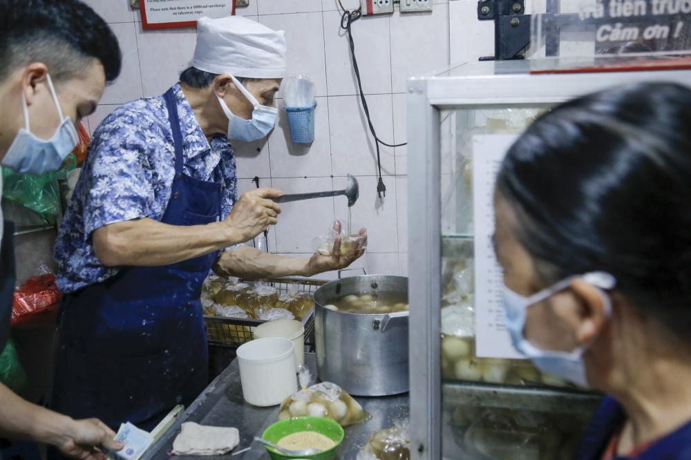 Ông Phạm Xuân Thanh, chủ quán bánh ở số 16 Ngô Thì Nhậm chia sẻ: Theo kinh nghiệm từ những năm trước, cứ vào ngày này hàng năm rất đông người đến mua hàng. Để phục vụ khách hàng, chúng tôi đã chuẩn bị từ sáng sớm.