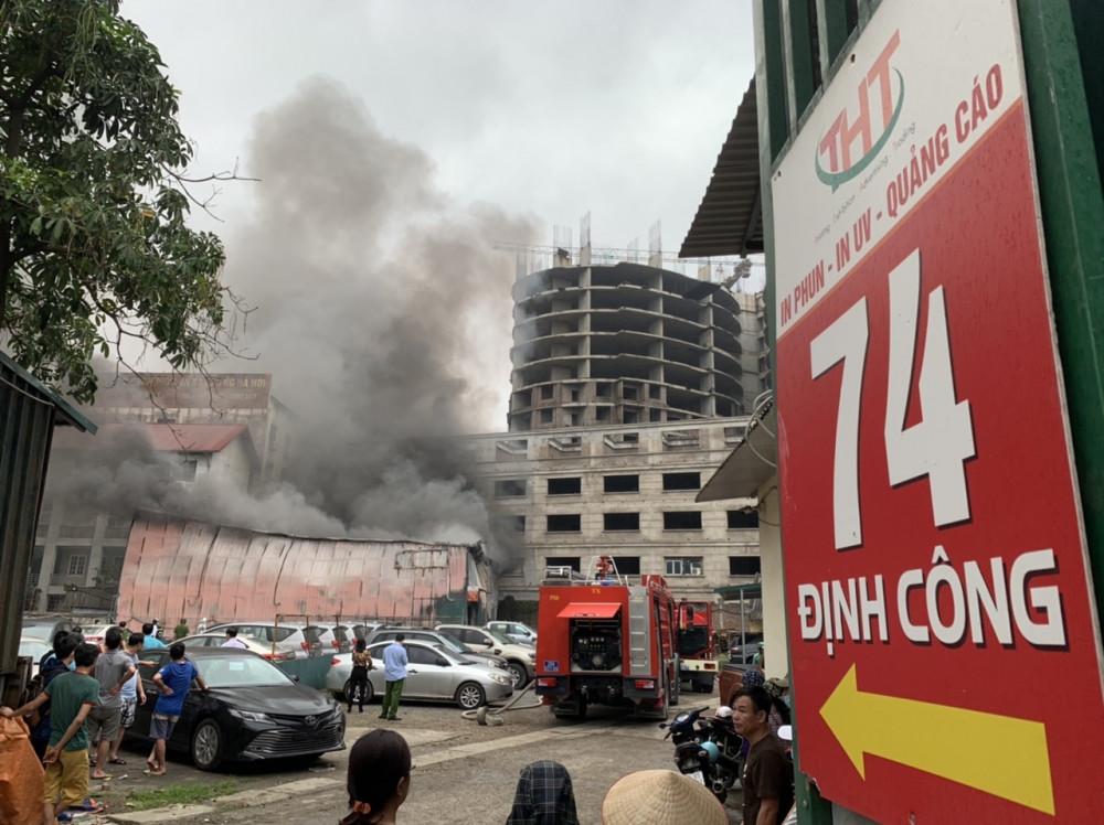 Đám cháy xảy ra tại xưởng in trên phố Định Công (Hà Nội).