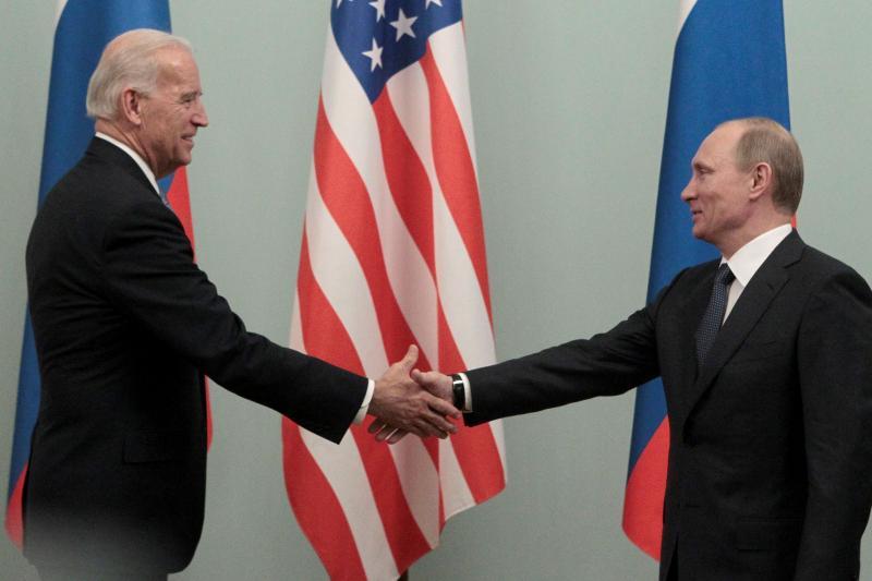 Thủ tướng Nga Vladimir Putin gặp Phó Tổng thống Hoa Kỳ Joe Biden tại Moscow tháng 3/2011 - Ảnh: Reuters