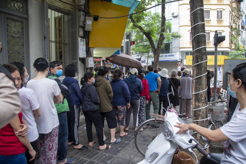 Người dân xếp hàng rất đông để chờ được mua bánh