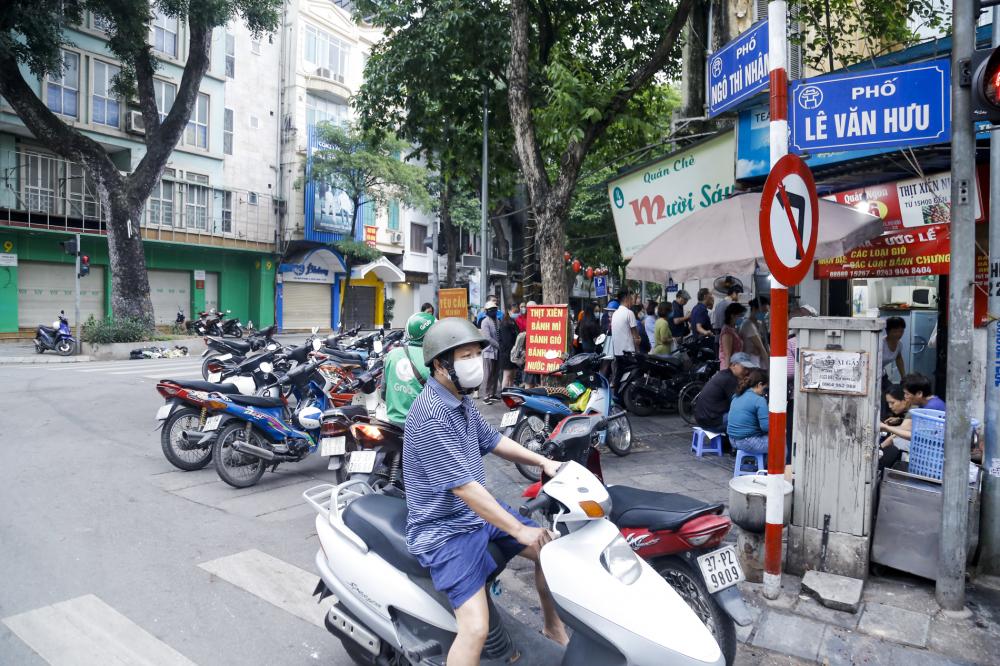 Ghi nhận tại số 16 Ngô Thì Nhậm (Hà Nội) là cửa hàng có truyền thống làm bánh trôi ngay từ sớm đã có rất đông khách chờ để mua hàng.