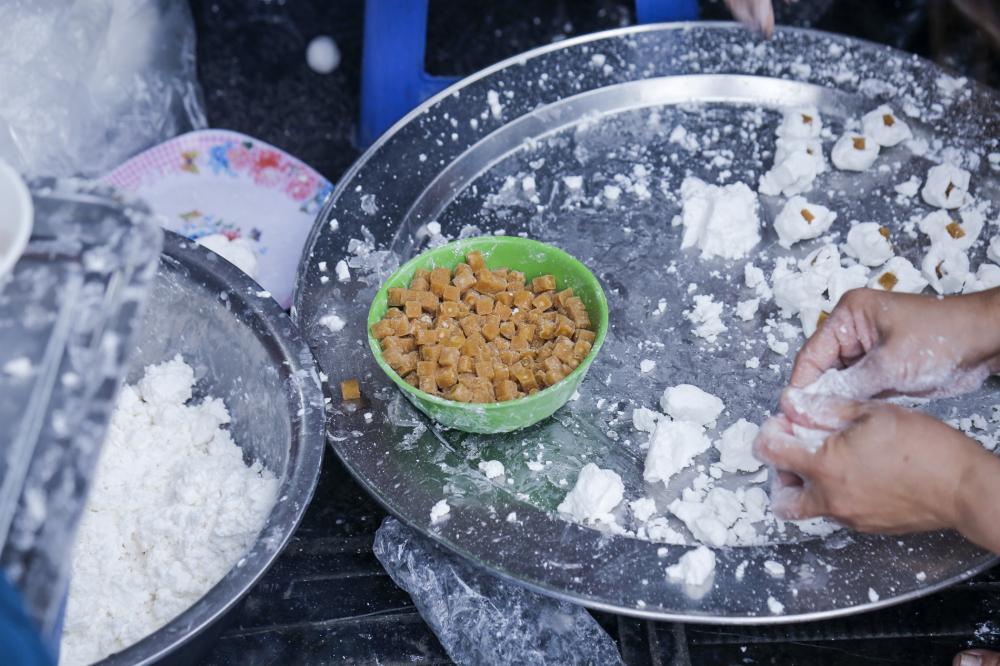Nguyên liệu làm bánh trôi, bánh chay được người bán chuẩn bị sẵn sàng để nặn cho khách