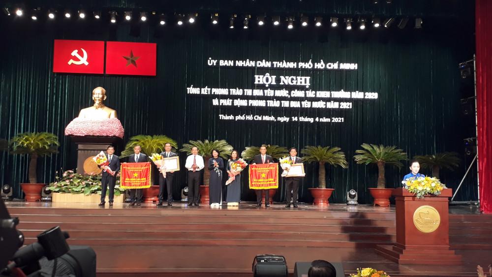 Nguyên Phó Chủ tịch nước Đặng Thị Ngọc Thịnh trao tặng huân chương lao động cho các tập thể và cá nhân đạt thành tích xuất sắc trong phong trào thi đua yêu nước