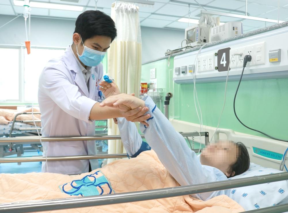 Bác sĩ Phương kiểm tra vận động cho chị H., ảnh BVCC