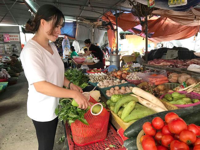 Đi chợ truyền thống đôi khi gây ra nhiều bất tiện cho các bà nội trợ hiện đại. Ảnh: BHX