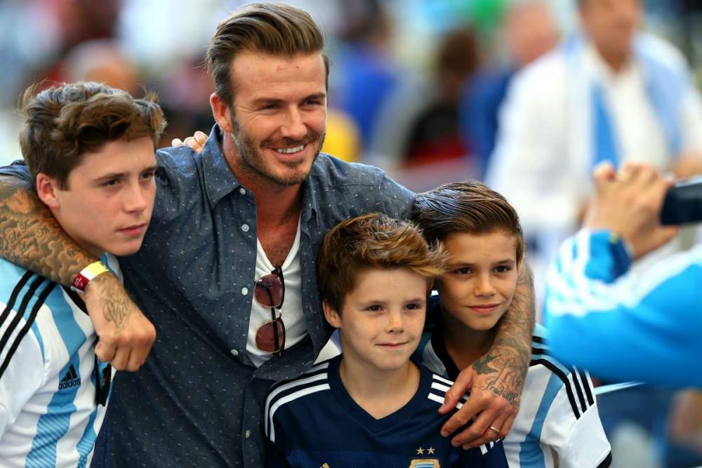 David Beckham bên cạnh các con tại sân cỏ.