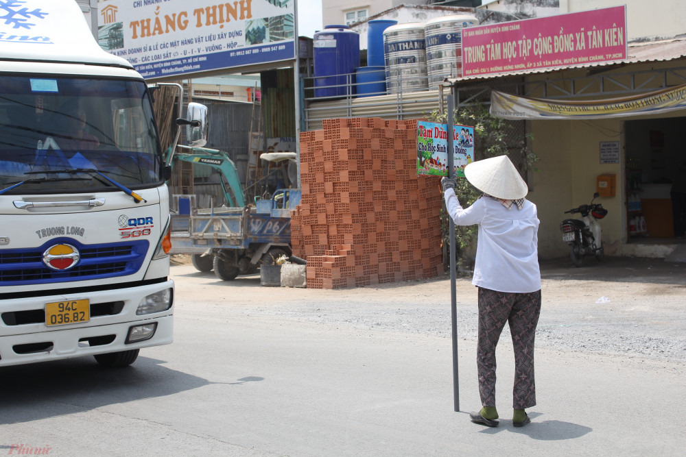 Nhiều tài xế lịch sự, chạy chậm khi chợt thấy bà Hai Trị ra hiệu