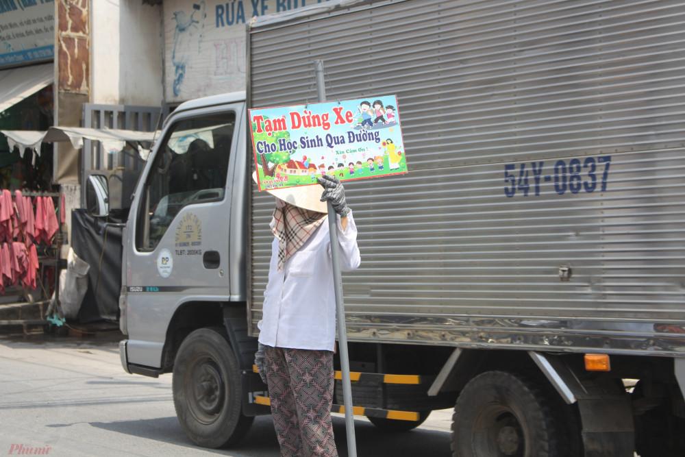 Đứng giữa đường, trước đầu xe tải, container, bà Hai Trị cũng sợ bản thân sẽ gặp nạn