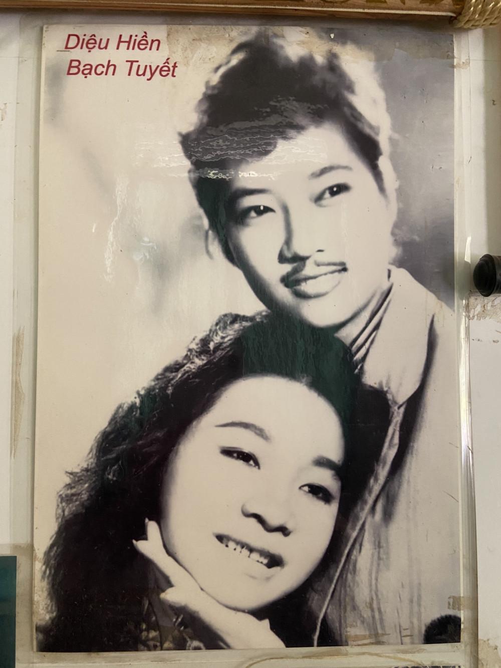 Bức ảnh chụp hai nữ nghệ sĩ thời trẻ vẫn còn được nghệ sĩ Diệu Hiền lưu giữ đến bây giờ