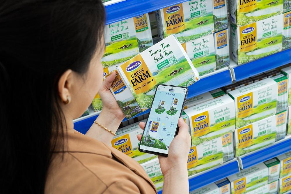 Người tiêu dùng scan QR code để tìm kiếm thông tin về Sữa tươi Vinamilk Green Farm. Ảnh: Vinamilk