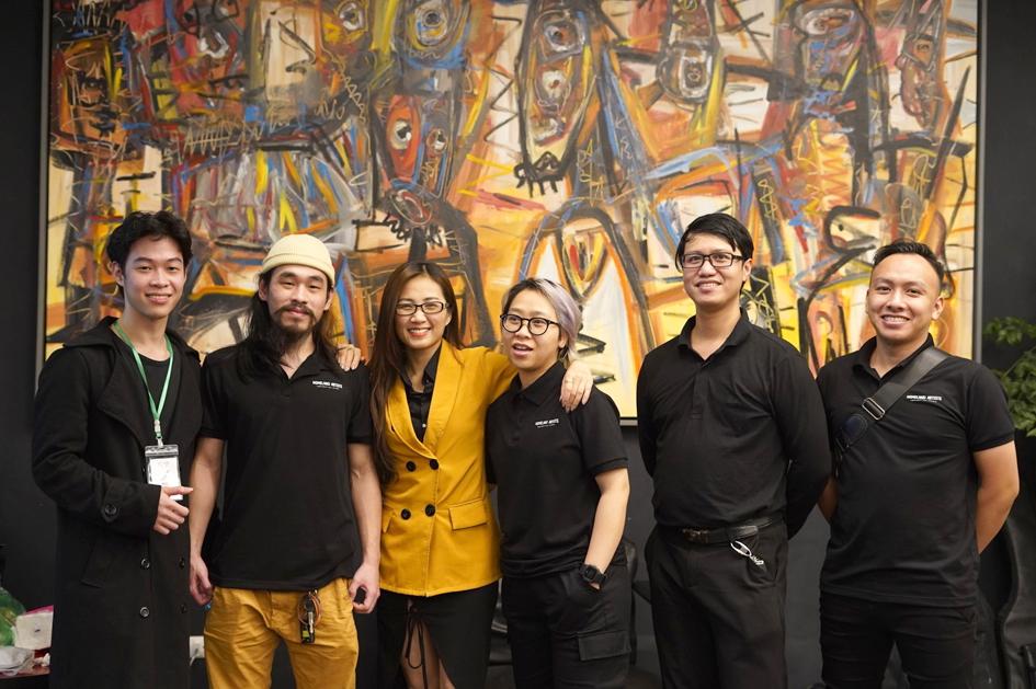 Một số thành viên của Homeland Artists. Trần Thái Hà (thứ hai từ phải sang) là giám đốc dự án