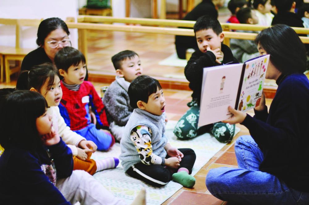 Chị Hoài Anh trong những giờ đọc sách cho trẻ ở Hà Nội - Ảnh: nhân vật cung cấp
