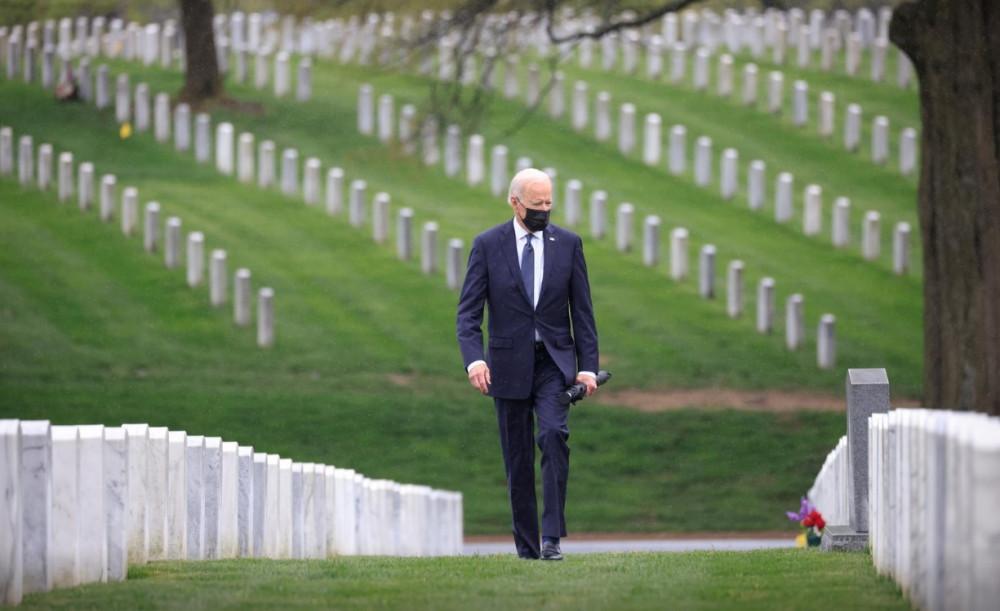 Tổng thống Joe Biden bước đi giữa những hàng mộ thẳng tắp tại nghĩa trang Arlington