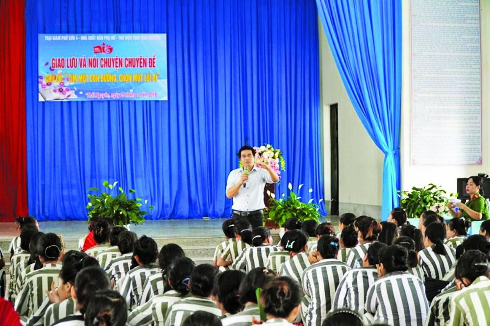 Tiến sĩ Nguyễn Quốc Vương trong một lần giao lưu với phạm nhân về văn hóa đọc