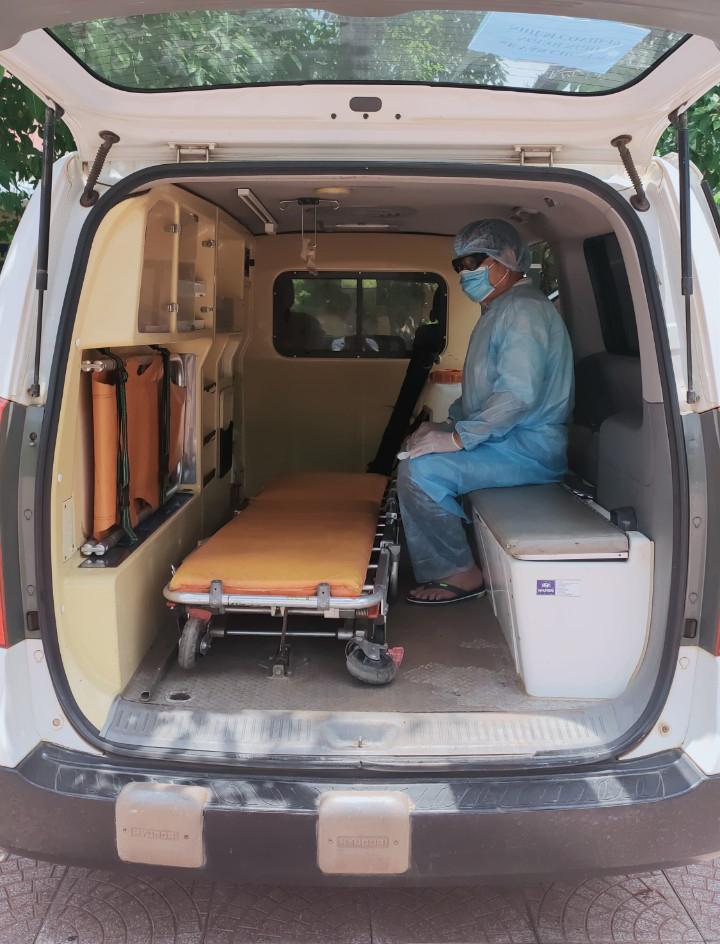Đối tượng Nhân bị đưa đi cách ly y tế ngay sau khi bị bắt giữ