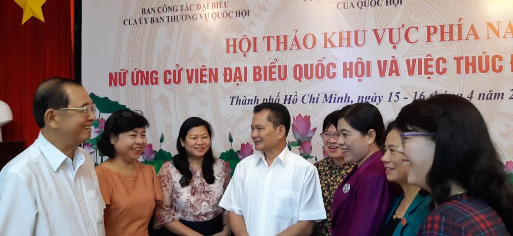 Ông Bùi Sỹ Lợi - Phó chủ nhiệm Uỷ ban về các vấn đề xã hội của Quốc hội trao đổi bên lề hội thảo cùng các nữ ứng cử viên