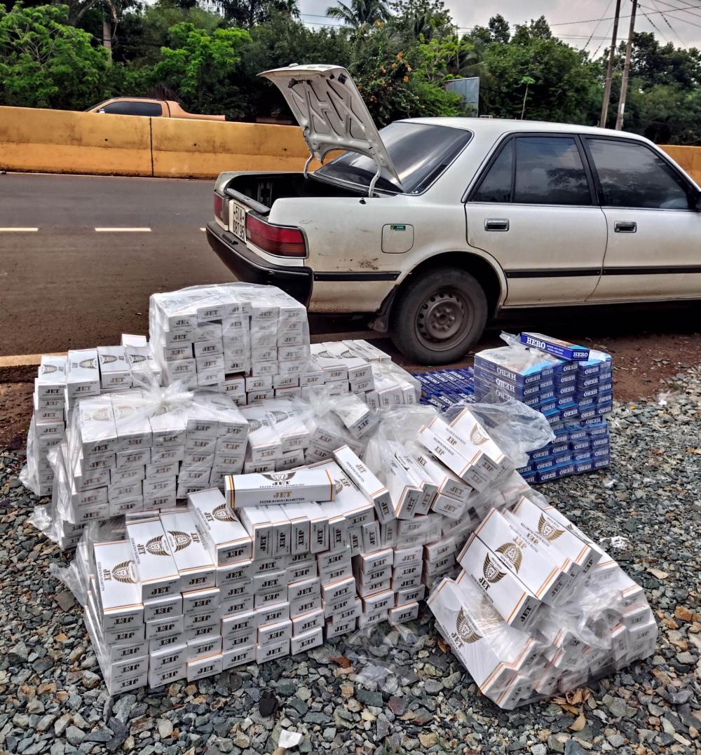 Chiếc ô tô và tang vật thuốc lá nhập lậu từ Campuchia