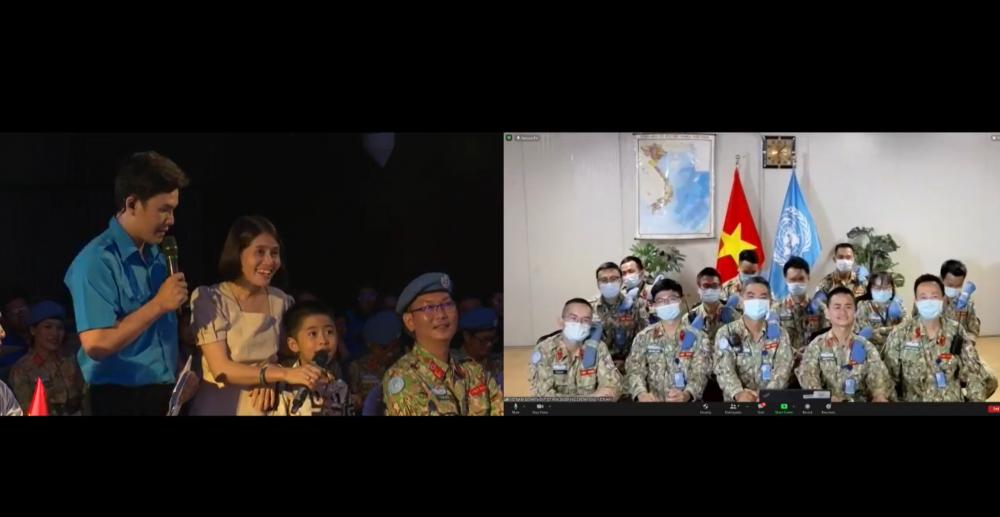 Món quà bất ngờ chương trình dành cho gia đình chiến sĩ Nguyễn Đức Mạnh, Kỹ sư trang bị của Bệnh viện dã chiến cấp 2 số 3, với cuộc giao lưu ngắn với vợ con.