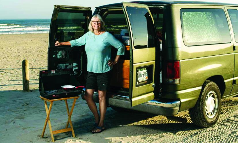 Bà Laurie Nathe bên chiếc Ford Econoline của mình - Ảnh: THE GUARDIAN