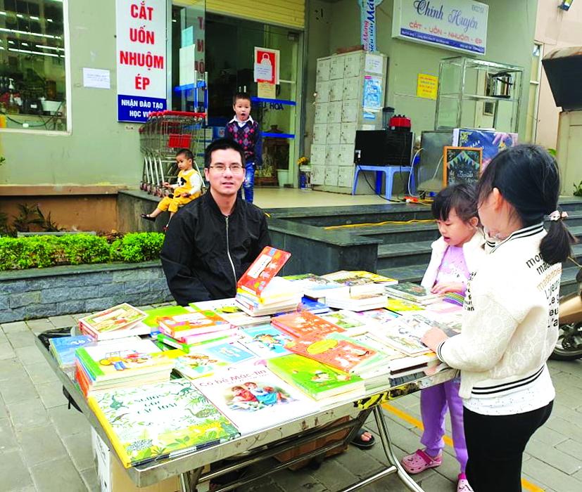 Tiến sĩ Nguyễn Quốc Vương bán sách rong  ngay dưới một khu chung cư