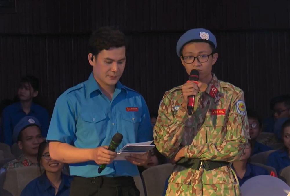 Bác sĩ Đỗ Thanh Tùng chia sẻ việc... theo vợ là bác sĩ Tống Vân Anh đi làm nhiệm vụ chỉ là lý do phụ, anh muốn được trải nghiệm và cống hiến tuổi trẻ của mình nhiều hơn.
