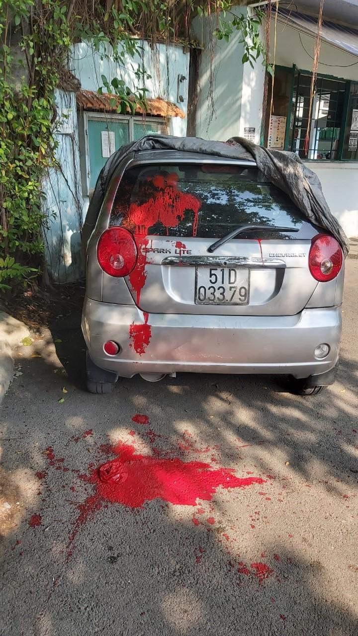 Xe ô tô của ông Phúc bị tạt sơn đỏ.