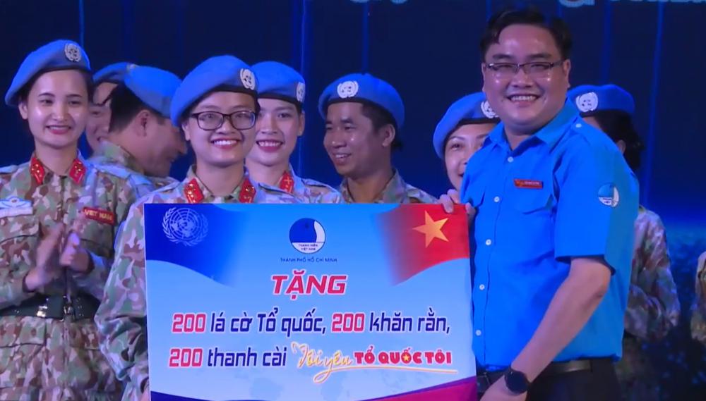 Hội Liên hiệp Thanh niên Việt Nam TPHCM tặng quà cho đoàn 2 Bệnh viện dã chiến cấp 2 số 3 sẽ lên đường làm nhiệm vụ tại Nam Sudan vào 21/4 tới.