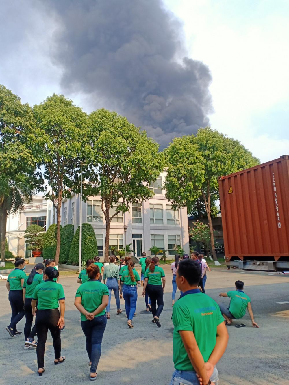 Công nhân của công ty sát bên được nghỉ làm do ảnh hưởng của vụ cháy