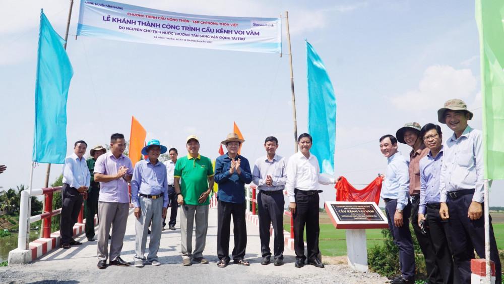 Nguyên Chủ tịch nước Trương Tấn Sang và các đại biểu tham quan các cây cầu mới