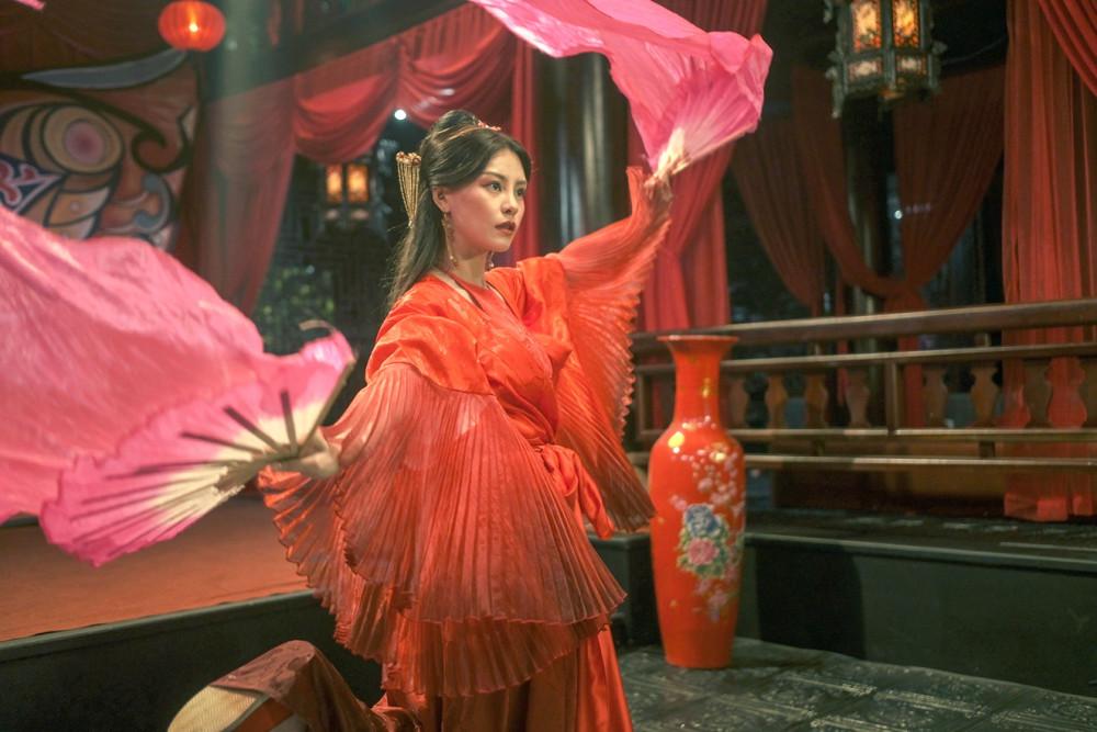Ca sĩ Bùi Lan Hương khiến người xem xuýt xoa với khả năng ca múa cùng thần thái diễn xuất trong MV Kiều mệnh khúc của phim Kiều