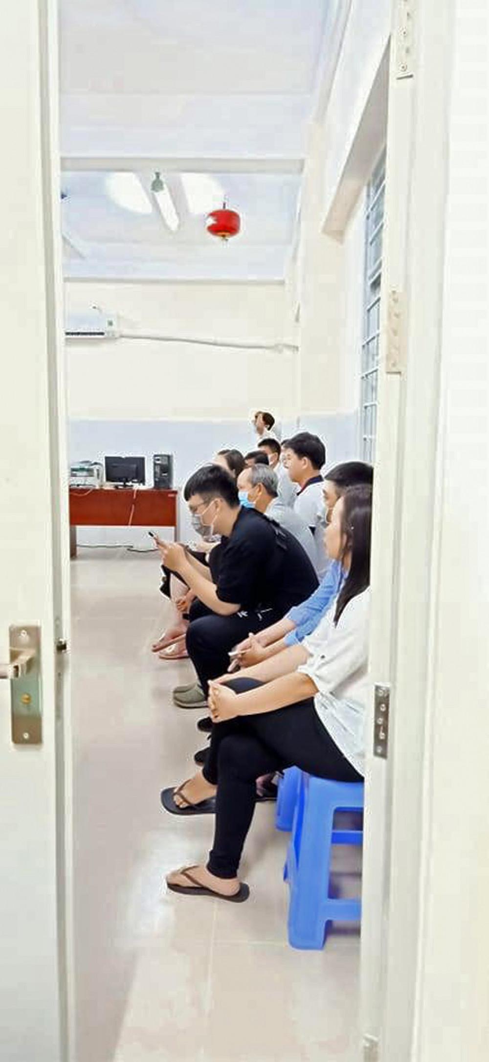 Hơn 1g sáng vẫn còn gần 20 người dân  đợi làm căn cước công dân ở P.An Lạc