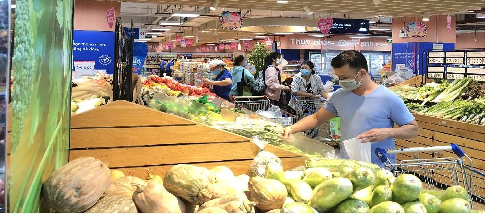 Khách hàng đang lựa rau củ tại quầy thực phẩm tươi sống. Ảnh: Trung Thu