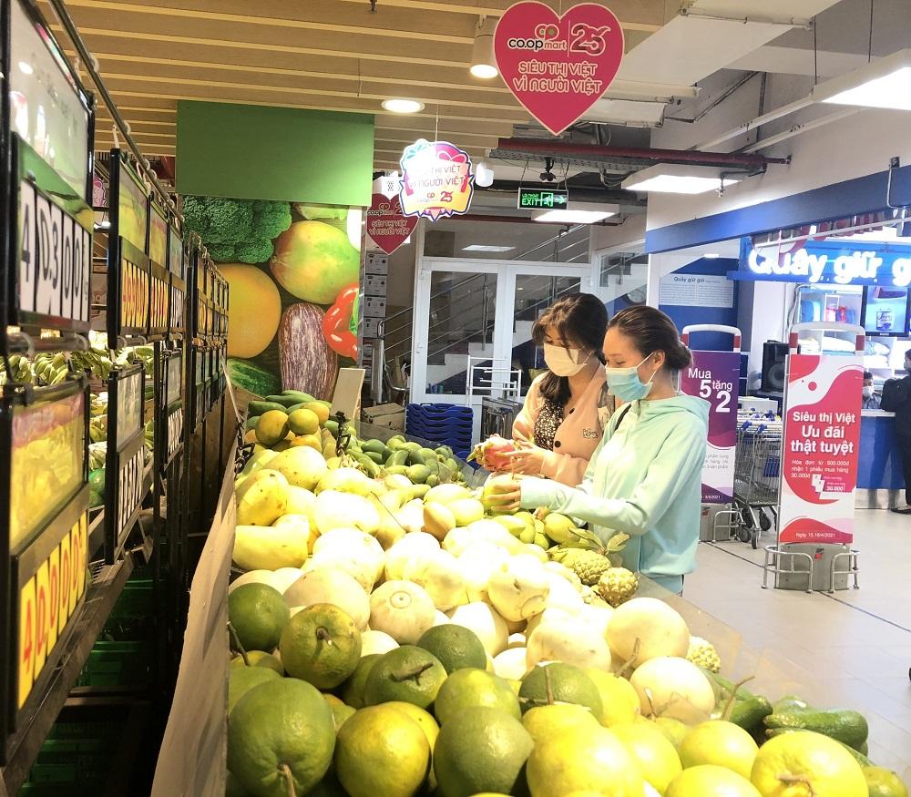 Khách hàng chọn mua thanh long tại quầy trái cây. Ảnh: Trung Thu