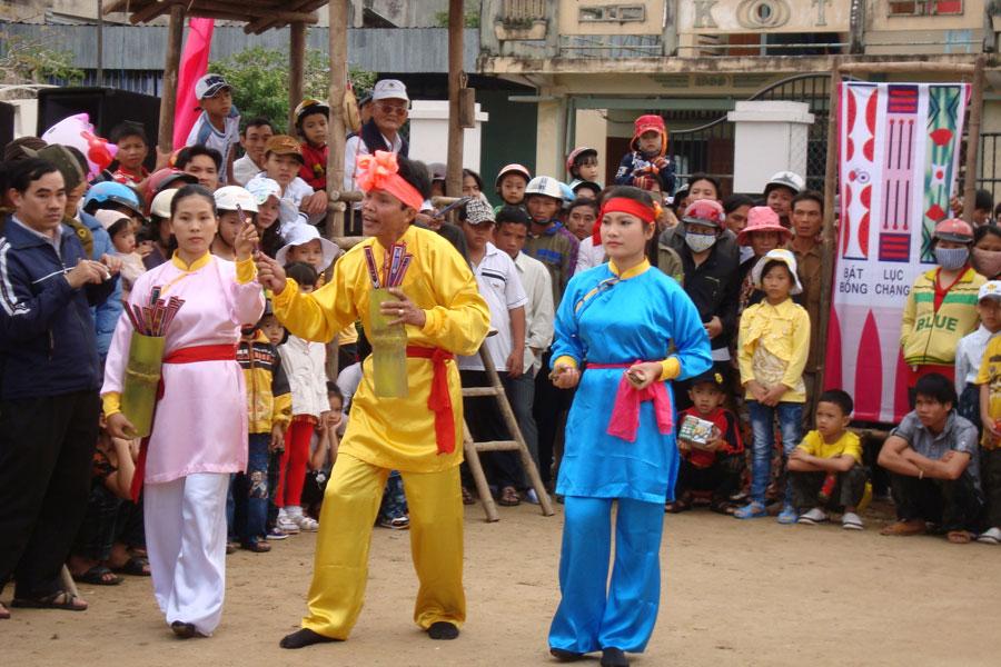 Một đoàn biểu diễn bài chòi ở Tuy Phước, Bình Định