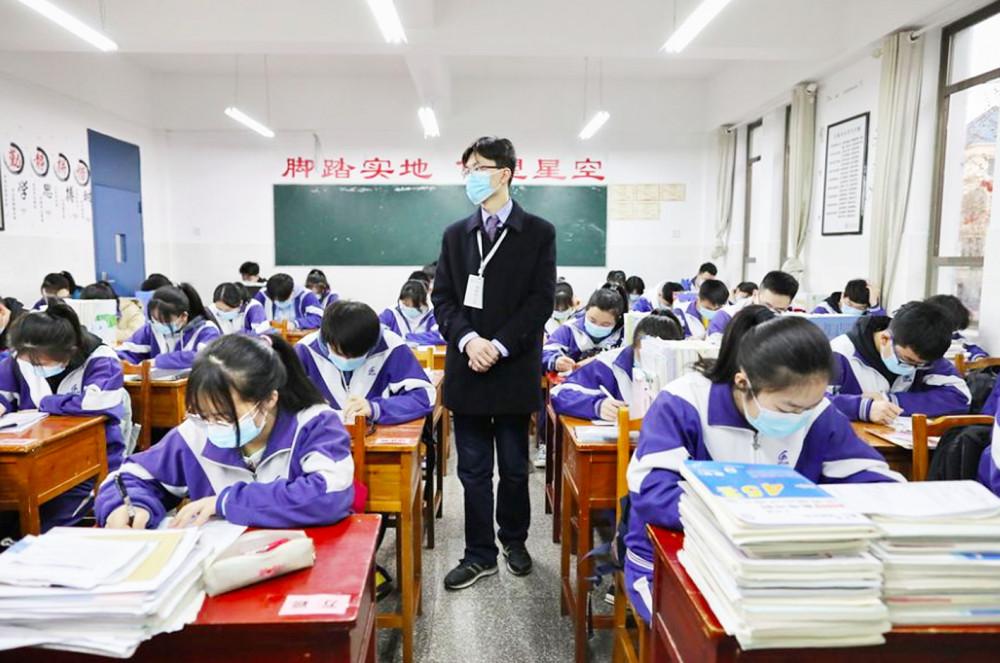 Trung Quốc đang xem xét để thông qua quy định cấm giáo viên hẹn hò, quan hệ tình ái với học sinh