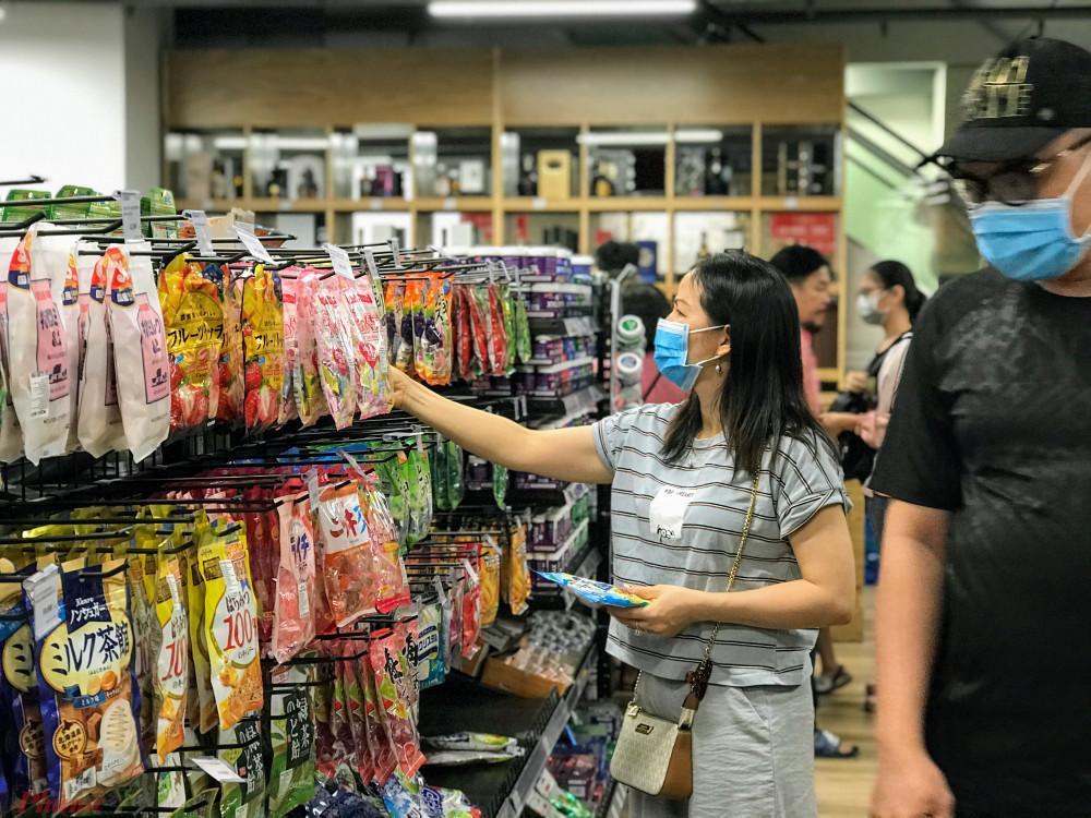 Rất nhiều sản phẩm là nông sản, thực phẩm đồ gia dụng… của Nhật Bản được bán trong một trung tâm thương mại Nhật tại TPHCM