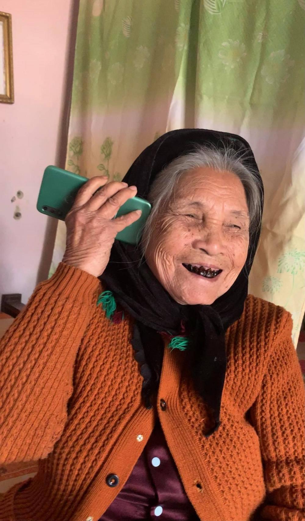Niềm vui của bà là mỗi ngày được gọi điện và trò chuyện với con, cháu.