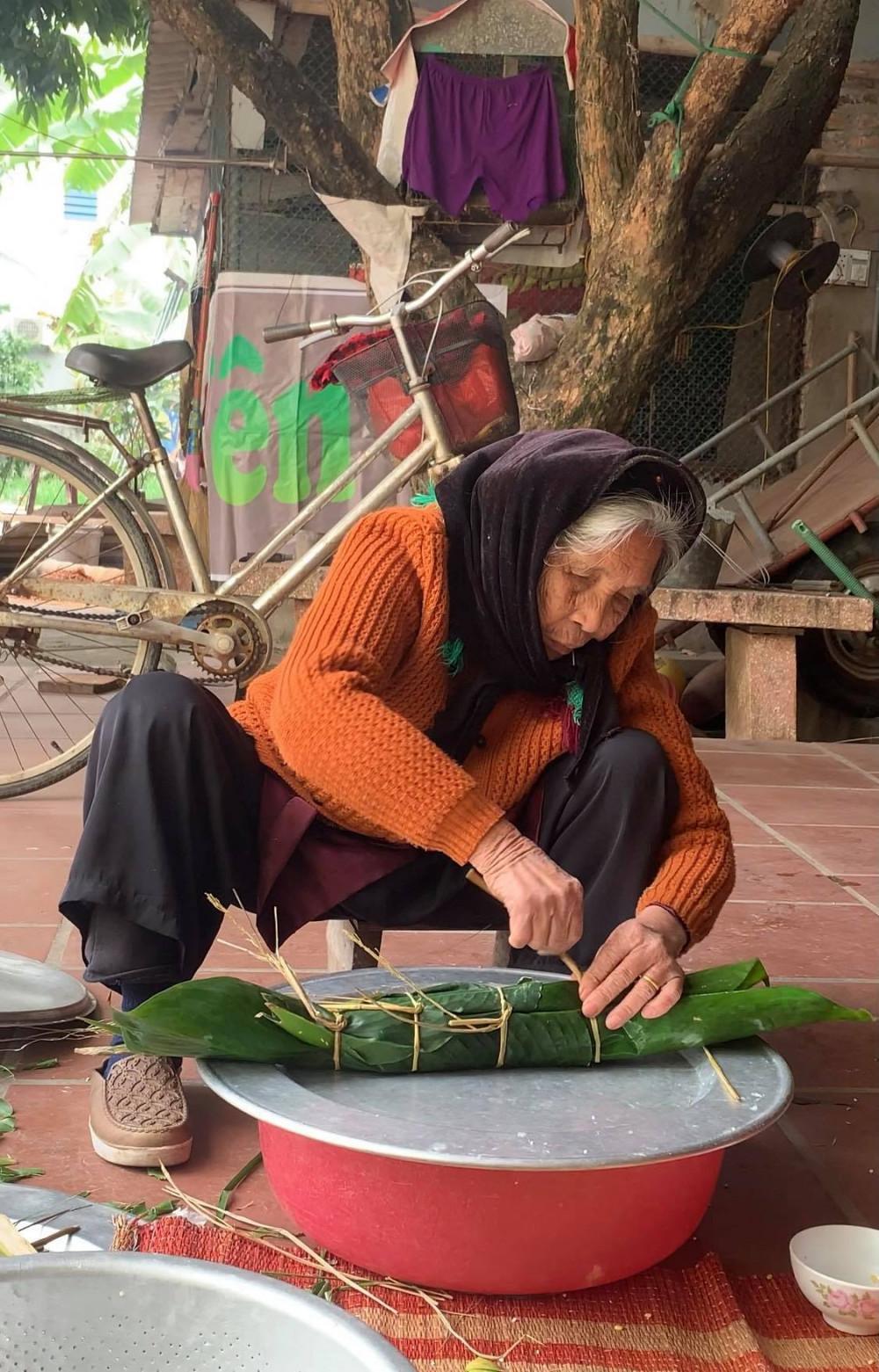 Bà đã 90 tuổi nhưng vẫn rất minh mẫn, nhanh nhẹn và có thể tự làm mọi việc chăm sóc bản thân.