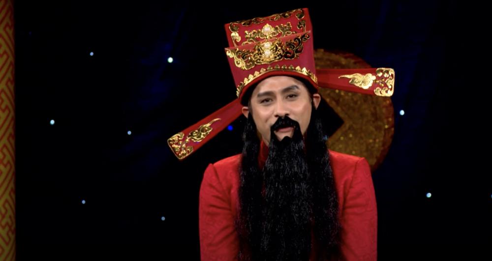 Nghệ sĩ Đình Toàn trong vai ông thần tài trong chương trình Thần tài gõ cửa