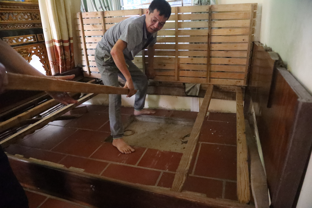 Mỗi khi có khách tham quan, anh Hài(con trai bà LAi) lại tháo chiếc giường để mở nắp hầm địa đạo