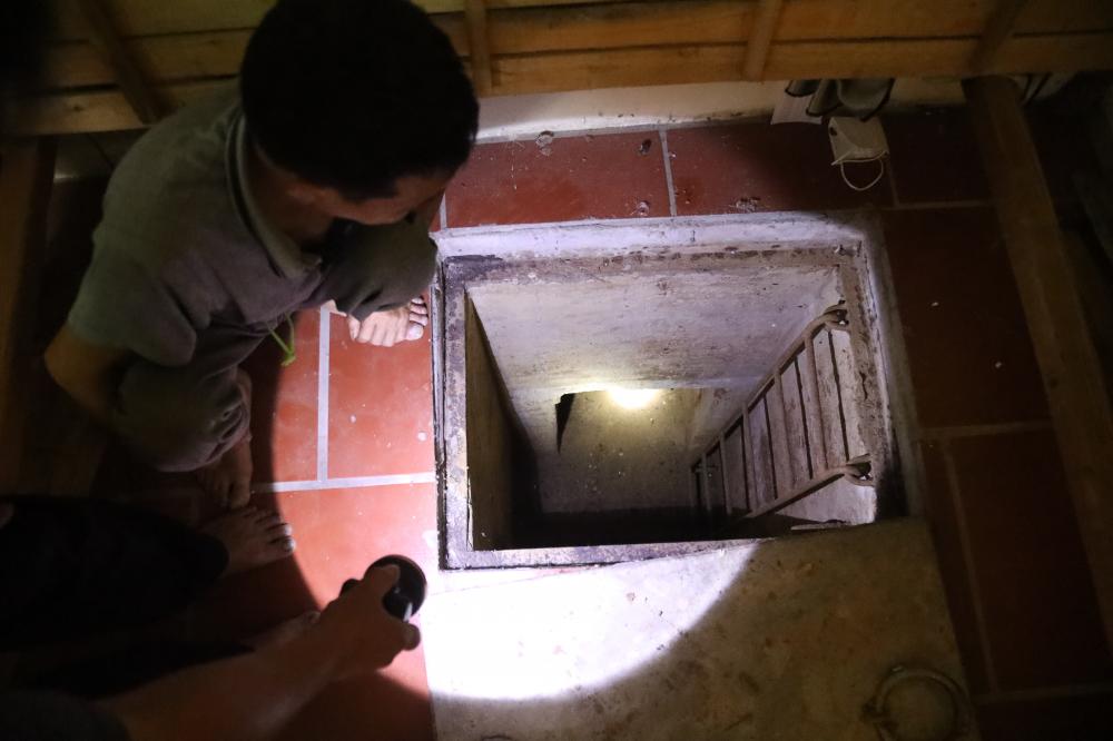 Lối xuống địa đạo qua cửa hầm dưới gầm giường nhà bà Lai khá nhỏ, chỉ đủ cho một người lớn đi