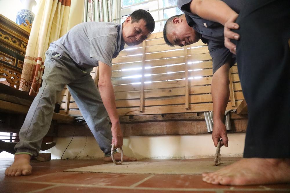Nắp hầm dẫn xuống địa đạo NAm Hồng tại nhà bà Lai