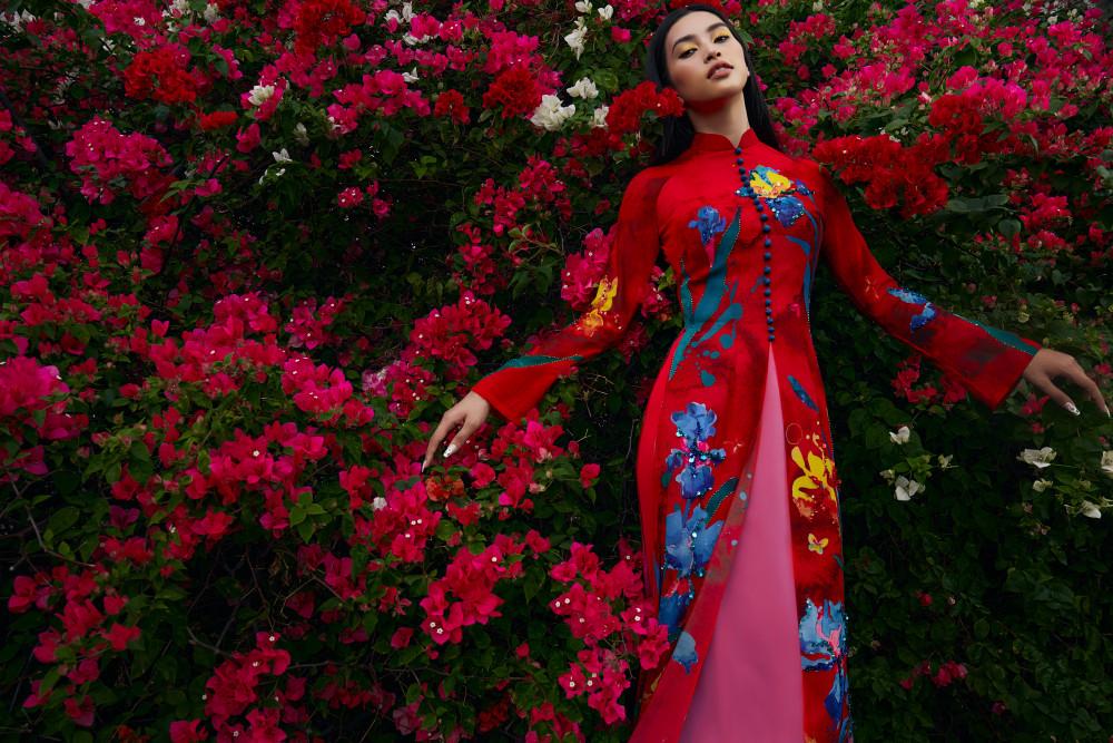 Ngoài mẫu áo dài truyền thống, Tiểu Vy còn thử sức trong mẫu áo phá cách với hai tà phía trước cùng hàng mút bọc tạo điểm nhấn thanh tao mà ấn tượng, mang đến vẻ đẹp mà mọi phụ nữ đều mơ ước.
